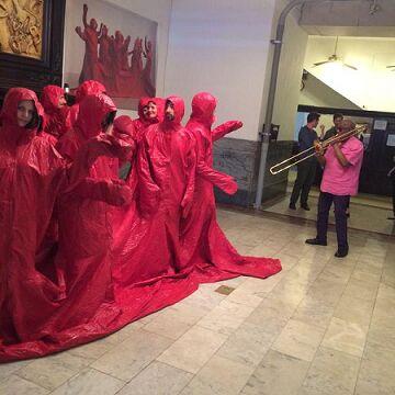 Люди в красном