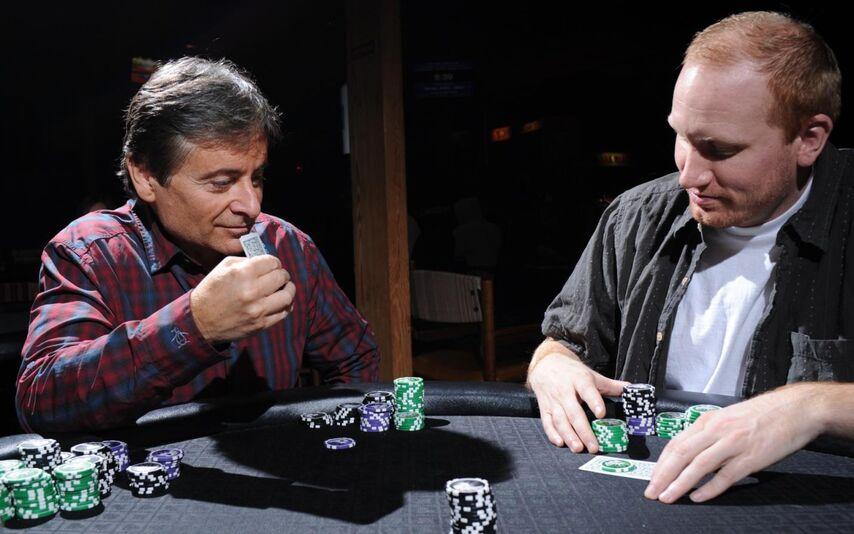 Игрок слева сделал ставку. Он высоко поднял свои карты, словно показывая их игроку позади себя. Обычно такое раскованное поведение означает хорошую руку.