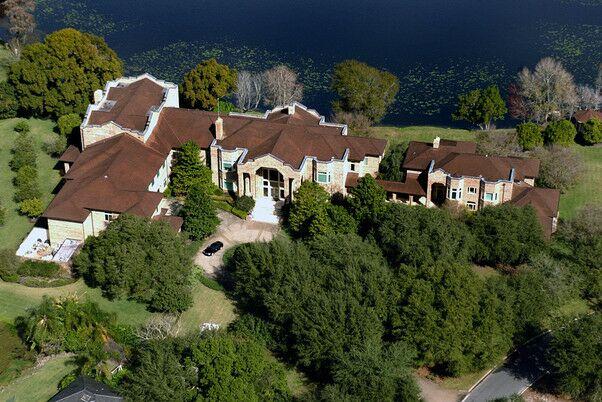 Дом в Тампе – 28 тысяч квадратных футов с крытой баскетбольной площадкой, домом для гостей и двумя озёрами