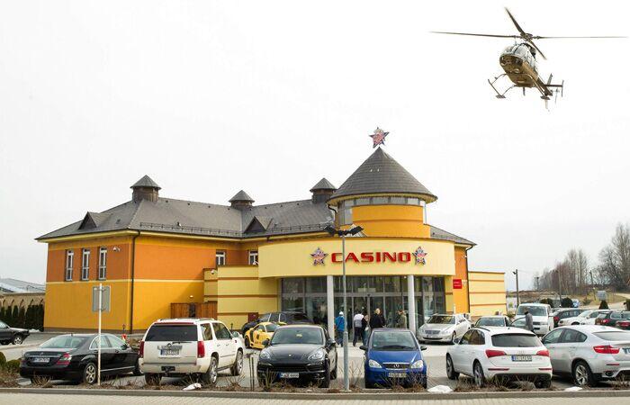 - Да, владелец казино, Леон Цукерник, частенько прилетает в казино на вертолете.