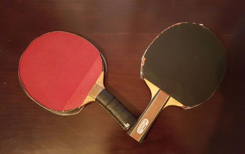 Слева ракетка для левой руки, справа -- для правой