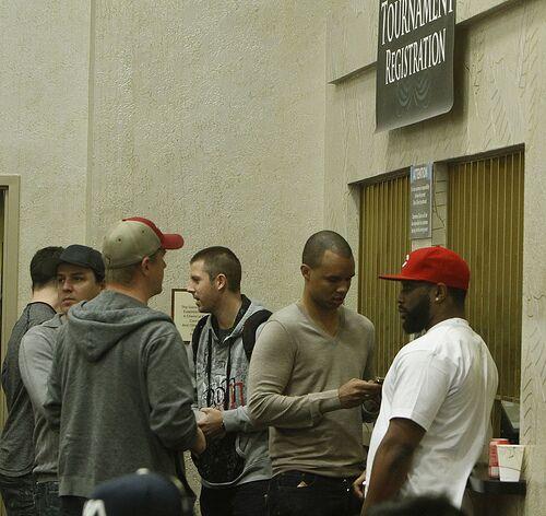 Фил Айви в компании Эрика Линдгрена, Карлоса Мортенсена и неизвестного бородача регистрируется в турнир