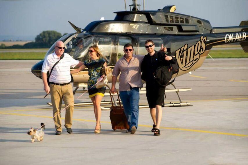 Леон Цукерник с друзьями на фоне того самого вертолета