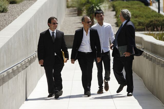 Пол и Даррен идут на очередное судебное заседание в окружении адвокатов
