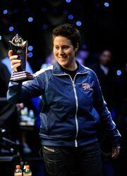 Победительница с трофеем!